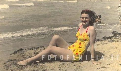 Giuliana Galeotti sulla spiaggia, 1952 (Collezione Silvia Pedrazzi)