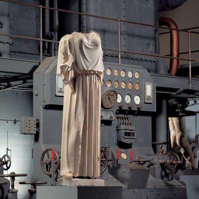 statua_vestita_di_peplo_davanti_a_motore_diesel_gallery